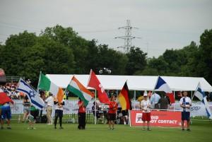 Svenja Kemmer trägt die deutsche Fahne bei der Opening Ceremony